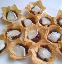 Red onion chutney and goats cheese tarttlet canape Christmas Canapes, Christmas Drinks, Christmas Ideas, Easy Canapes, Red Onion Chutney, Yummy Recipes, Yummy Food, Cranberry Sauce, Brie