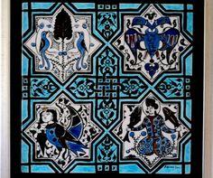 """Kubad Abad çinilerinin dördü bir arada. 1- Hayat Ağacı: Evrenin merkezi kabul edilen kuş figürlü Hayat Ağacı. 2- Çift Başlı Kartal : Sarayın ve sultanın simgesidir. Orta Asya mitolojisinde Şamanlıkla bağlantılı olan kartal koruyucu ruhu simgeler. 3- Siren: Başı insan gövdesi kuş olarak tasvir edilen olağanüstü güçlerini insanları korumak için kullanan bir yaratıktır. 4 - Balık Tutan İnsan : """"Türk Oturuşu"""" diye bilinen bir oturuşla bağdaş kurmuş figürün başı cepheden resmedilmiştir."""