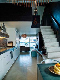 Witte keuken met werkblad in grijze natuursteen - zolder appartement
