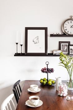 Hauskat kirpparilöydöt tekevät nuoren parin kodin: mustavalkoinen sisustus, vaalea sisustus, tehostevärit, minimalistinen, sommitelmat, asetelmat, scandinavian living, finnish design, black and white, decoration