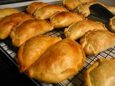 Empanada de Carne  Ingredientes: Para la masa  2 tazas de harina 1/2 taza de manteca vegetal 1/2 taza de margarina sin sal 1 cucharadita