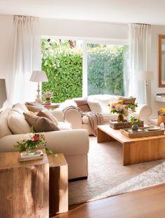 00410762 38718d96. Pequeño salón con dos sofás beige alrededor de una mesa de centro de madera_00410762