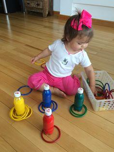 Descobrindo as cores!!!  Trabalhando a concentração, coordenação motora fina, estimulando o raciocínio, a ordem, a visão e o vocabulário.