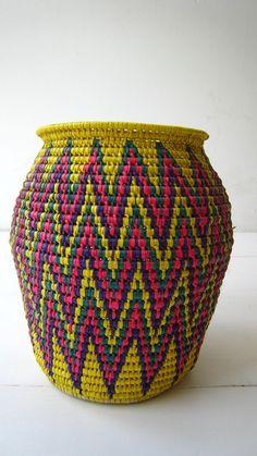 Woven basket goud shape