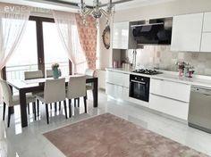 Rize'de yaşayan Elif hanım 2016 yılına kendi evinde girmenin mutluluğunu yaşıyor. Henüz yeni taşındığı ve düzeni yeni yeni oturan evinin tamamı çok yakında burada olacak, şimdilik yavruağzı ve beyazın...