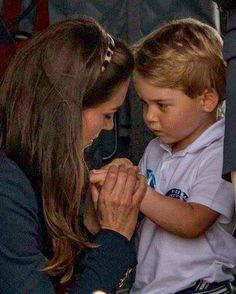 July 2016 ~ Young Prince George of Cambridge appears to need some tender loving care from his mummy Catherine, Duchess of Cambridge at the air show at RAF Fairford - the largest event of its kind in the world. Diana Spencer, Lady Diana, William Y Kate, Prince William And Catherine, Prince William Kids, Prinz Carl Philip, Princesa Kate Middleton, Herzogin Von Cambridge, The Duchess