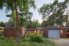 Huskropparna ligger placerade på en dubbeltomt nästan hela vägen nere vid havet i södra Höllviken.