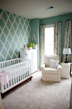Wandgestaltung im Babyzimmer in Pastellgrün und Weiß