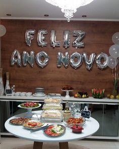 New years eve party tips are offered on our website. Read more and you will not be sorry you did. New Years Decorations, Table Decorations, Happy New Year Gif, New Year's Food, Party Platters, Nouvel An, New Years Eve Party, Diy Party, Party Ideas