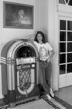 "T-shirt e jeans, il look ""off duty"" più amato dalle celebrities | Vogue Italia Charlotte Rampling, Kim Gordon, Thelma Louise, Lauryn Hill, Jeans Et T-shirt, Jeans And Boots, Studio 54, Drew Barrymore, Jane Birkin"