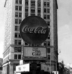 [Coke Code 251] 어느새 관광명소를 인증하는 사인이 된 코카-콜라 옥외광고! 그 시작은 1894년 미국 조지아주 카터스빌이었다고 합니다^^ 트친 여러분도 특별한 곳에서 만난 코카-콜라가 유독 반가웠던 적이 있으신가요?