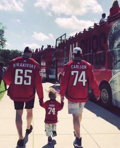 hes so perfect Hockey Baby, Hockey Teams, Hockey Players, Ice Hockey, Hockey Stuff, Capitals Hockey, Hershey Bears, All Team, Washington Capitals