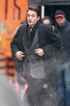A gente viu aqui fotos de Robert Pattinson gravando cenas de Life, nas ruas de Toronto, no último sábado (15). O ator gravou cenas ao lado de Joel Edgerton e correu de um lado pro outro no set. Agora a gente confere mais cliques desse momento: