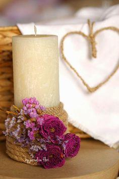 decor rustic pe suport rotund cu lumanare decorata in stil country schic cu sfoara iuta  trandafiri si flori uscate si asortata cu o inima din sfoara