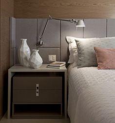 Decoração quarto casal |detalhe lindo da cabeceira  painel em madeira {Projeto: Juliana Pippi}