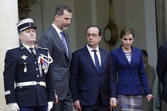 Los reyes Felipe y Letizia, junto a François Hollande, el pasado 24 de marzo en París, poco después de conocer el accidente aéreo de Germanwings en los Alpes franceses.
