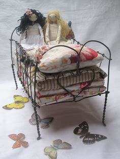 Make a little doll bed like this! Fairy Furniture, Doll Furniture, Furniture Vintage, Ann Wood, Princess And The Pea, Doll Beds, Wire Crafts, Fairy Dolls, Wire Art