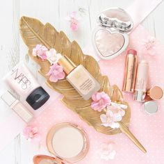 Tips for Non-Cakey Full Coverage Makeup - Friday Faye - Women Style World It Cosmetics Brushes, Makeup Cosmetics, Full Coverage Makeup, Flatlay Makeup, Princess Aesthetic, Makeup Photography, Amazing Photography, E Commerce, Style Vintage