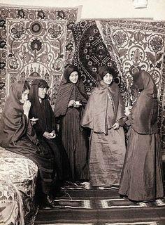 Ottoman women in a Turkish Harem Historical Maps, Historical Pictures, Old Pictures, Old Photos, Vintage Photographs, Vintage Photos, Middle East Culture, Turkey History, Empire Ottoman