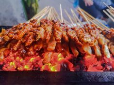 Top 5 Sate Spieße in Ubud auf Bali – Essen in Indonesien Ubud, Chili Sauce, Shrimp, Bali, Meat, Small Grill, Rice Cakes, Indonesia, Food Food