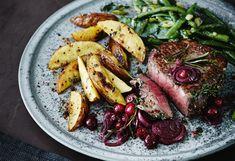 Kräuter-Steaks mit Cranberry-Schalotten, Ofenerdäpfeln und Gemüse