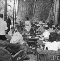 صور لمصر أثناء الحرب العالمية الثانية   مصريين و اجانب من رواد الفندق