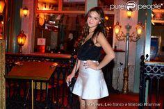 Bruna Marquezine usa look curtinho preto e branco para jantar com amigos no restaurante Paris 6, em São Paulo, em 30 de outubro de 2014