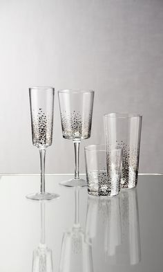 Why not have some bubbly with your bubbly? Clearly ready for takeoff, our Asteria glasses are marked for fun in blown glass with metallic details. A must for the hosteses with the most(ess).