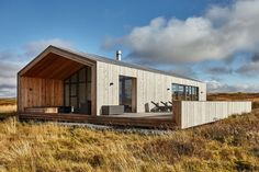 This modern wooden retreat designed by Tonnatak is situated in Bláskógabyggð, Island. Read also on Offsomedesign Outdoor living in amazing summer house OLA 25 – kitchen island Island residence Retreat house in Sydney Architecture Résidentielle, Farmhouse Architecture, Modern Barn House, Chalet Design, Casas Containers, Shed Homes, House In The Woods, Exterior Design, Building A House