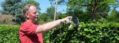 Gartner Jan Søgård Jensen fra Haveselskabets Have viser, hvordan du klipper hækken efter en snor.