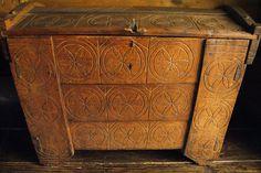 Coffre en bois aux motifs géométriques à Cracovie