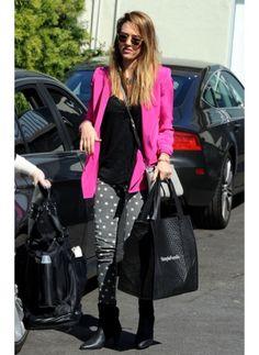 Jessica Alba    Look de star Hippie chic    Mélange des genres pour l'actrice, jean étoilé veste blazer rose fuchsia, on adore !