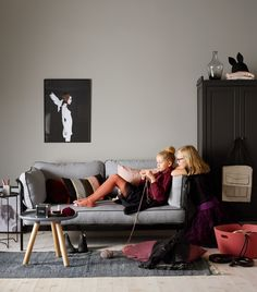 VEGG: JOTUN SENS 07 3i1 VEGG/PANEL/LIST 1032 GRÅ HARMONI SKAP: 9938 DEMPET SORT Jotun Lady, Hanging Canvas, Warm Grey, Modern Kitchen Design, New Room, Wall Colors, Kids Room, Couch, Interior Design