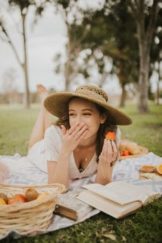 A picnic in the park! Photo by Evangeline Gao Picnic Photography, Photography Poses Women, Summer Photography, Portrait Photography, Debut Photoshoot, Photoshoot Concept, Picnic Photo Shoot, Picnic Pictures, Picnic Outfits