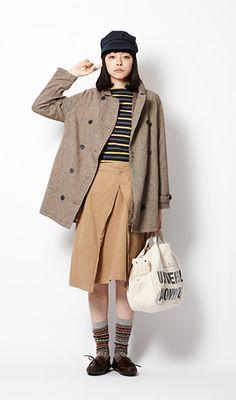 パンツを合わせることが多いトレンチコートにスカートをコーディネイトして。