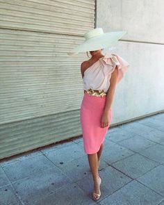 La vida de color de rosa!! Ideal @merlastra vestida por @panambistyle  Brutal la combinación y el estilazo de Mercedes!!        #invitadaideal #boda #invitada #invitadaperfecta #lookboda #graduacion #comunion #invitadaconestilo #influencers #casamiento #bridesmaid #peinado  #bridal  #tocados #pamelas  #guest #inspiracion #inspiracionboda  #sevilla  #damasdehonor #weddingday #weddingdress #novia  #weddingtime #hkwedding Dress Codes, Bridal, Wedding Dresses, Outfit, Skirts, Fashion, Bridesmaids, Mariage, Party Dresses