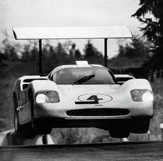 Chaparral challenges Ford, Ferrari, and Porsche in Europe. Technical insights of the Cool photos. Le Mans, Sports Car Racing, Road Racing, Auto Racing, Classic Sports Cars, Classic Cars, Us Cars, Race Cars, My Dream Car