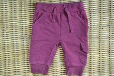 Broekje voor een jongen #tweedemams #kinderkleding #joggingsbroek #bordeauxrood #stoer #winter #jongens #boys #newborn