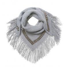 B.Loved | Sjaal | Studs | Grey *** Stoere gebreide triangle sjaal met studs, verkrijgbaar in de kleuren zwart, blauw en grijs. Afmeting L 125 cm H 65 cm. Exclusief franje van 10 cm.