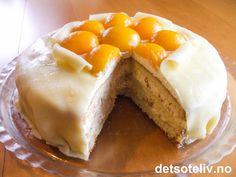 """""""Marsipankake med aprikos og krokan"""" er en nydelig bløtkake som passer spesielt godt i påskehøytiden! Fyllet laget av pisket krem og hjemmelaget mandelkrokan passer knallgodt til smaken av aprikosene på toppen av kaken!"""