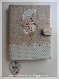 De Todo Un Poco: FUNDA PARA AGENDA CON APLIQUE Y BORDADO Fabric Crafts, Sewing Crafts, Sewing Projects, Handmade Books, Handmade Crafts, Embroidery Patterns, Hand Embroidery, Fabric Book Covers, Notebook Covers