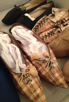 1805 SilkDamask : The Dramatic Shoe: A Selection from the Chester County Historical Society (Thanks to Jo Bratton for pin. 1800s Fashion, 19th Century Fashion, Vintage Fashion, Antique Clothing, Historical Clothing, Historical Society, Historical Dress, Vintage Shoes, Vintage Accessories
