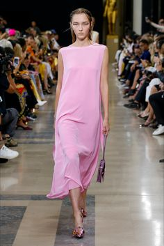 Rochas Spring 2019 Ready-to-Wear Fashion Show Collection: See the complete Rochas Spring 2019 Ready-to-Wear collection. Look 16 Fashion Tv, Pink Fashion, Fashion Week, Runway Fashion, Fashion Design, Fashion Trends, Style Couture, Couture Fashion, Mode Rose