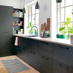 Flere af vores design findes i forskellige prisklasser, så du kan gennemføre… Kitchen Cabinets Decor, Cabinet Decor, Home Decor Kitchen, Kitchen Living, Kitchen Interior, Black Kitchens, Home Kitchens, Black Ikea Kitchen, Küchen Design