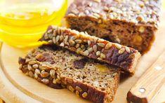 Vähähiilihydraattista leipää voi leipoa itsekin. Kokeile pähkinöistä ja siemenistä valmistettavaa karppaajan leipää. 1. Hienonna pähkinät ja m…