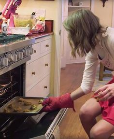 The secret behind Taylor Swift's baking addiction and famous cookies!