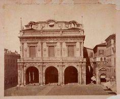 THROWBACK THURSDAY BRESCIA Questa immagine della Loggia senza cupola di piombo risale agli inizi del Novecento, sicuramente ad un anno antecedente il 1914, quando fu, infatti, costruita la cupola attuale, sulla copia di quella rinascimentale andata distrutta in un incendio nel 1575.