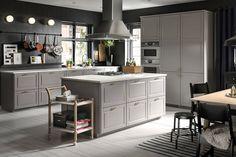 Ett stort kök med BODBYN kökslucka i grått och en köksö.