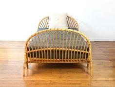 Lit corbeille, enfant, en rotin, vintage, années 60. mobilier-vintage.fr