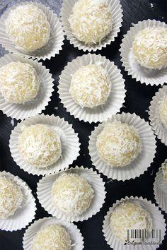 Estas bolinhas foram inspiradas nas bem conhecidas Raffaelo. Aqui deixo uma alternativa mais saudável para quando precisamos de algo doce, mas também, queremos dar algo saudável ao nosso corpo! Deliciosa mistura de amêndoas com coco, cria um sabor maravilhoso! #vegan #coconut #almond #dessert